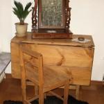 Pigtittaren, stol och nåldosa från Sjöbol. Bordet från Blixtorp.