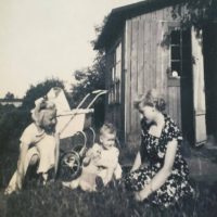 """Vivi, Juddi och Karen? Vivis ord: """"Vivi ( med sløjfen i håret) og hendes søster Juddi"""""""