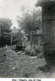 Alma i Häggebo, piga på Haga, med Selma i handen