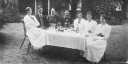 Från vänster, broder Ivans fru Greta, Ivan, mor Juliana, far Aron, syster Amy, syster Anna, längst till höger Lilly.
