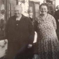 "Okänd, Marie Nielsen och Karen Andersson. Vivis ord: ""Dette er min Mormor til højre , damen til venstre kender jeg ikke,men bagerst er det min Mor ,Karen"""